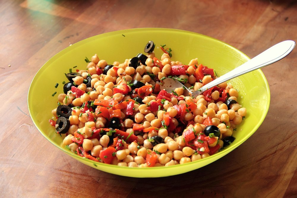 Chickpea salad with roasted peppers and black olives | grown to cook